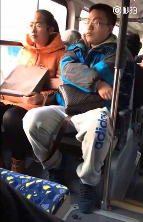 【逮捕覚悟】満員電車で性欲に負けて堂々と痴漢行為をしてる画像集・23枚目