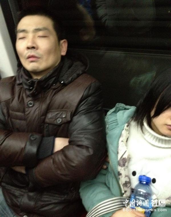 【逮捕覚悟】満員電車で性欲に負けて堂々と痴漢行為をしてる画像集・5枚目