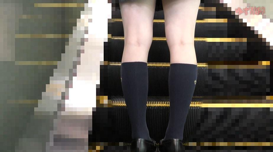 【ガチ犯罪】清純なJKさん、電車で痴漢と盗撮されて心に傷を負う。。(動画)・1枚目