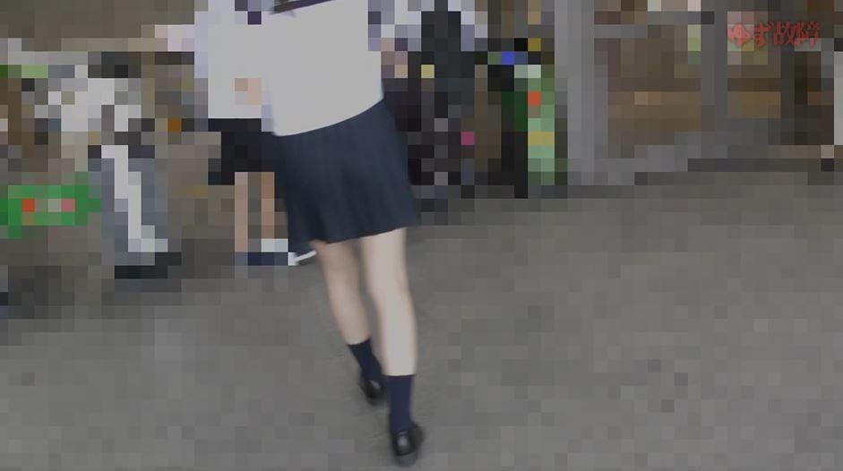 【JK痴漢】常軌を逸した痴漢が電車でJKに行った行為がコレ…頭おかしい。(動画)・2枚目