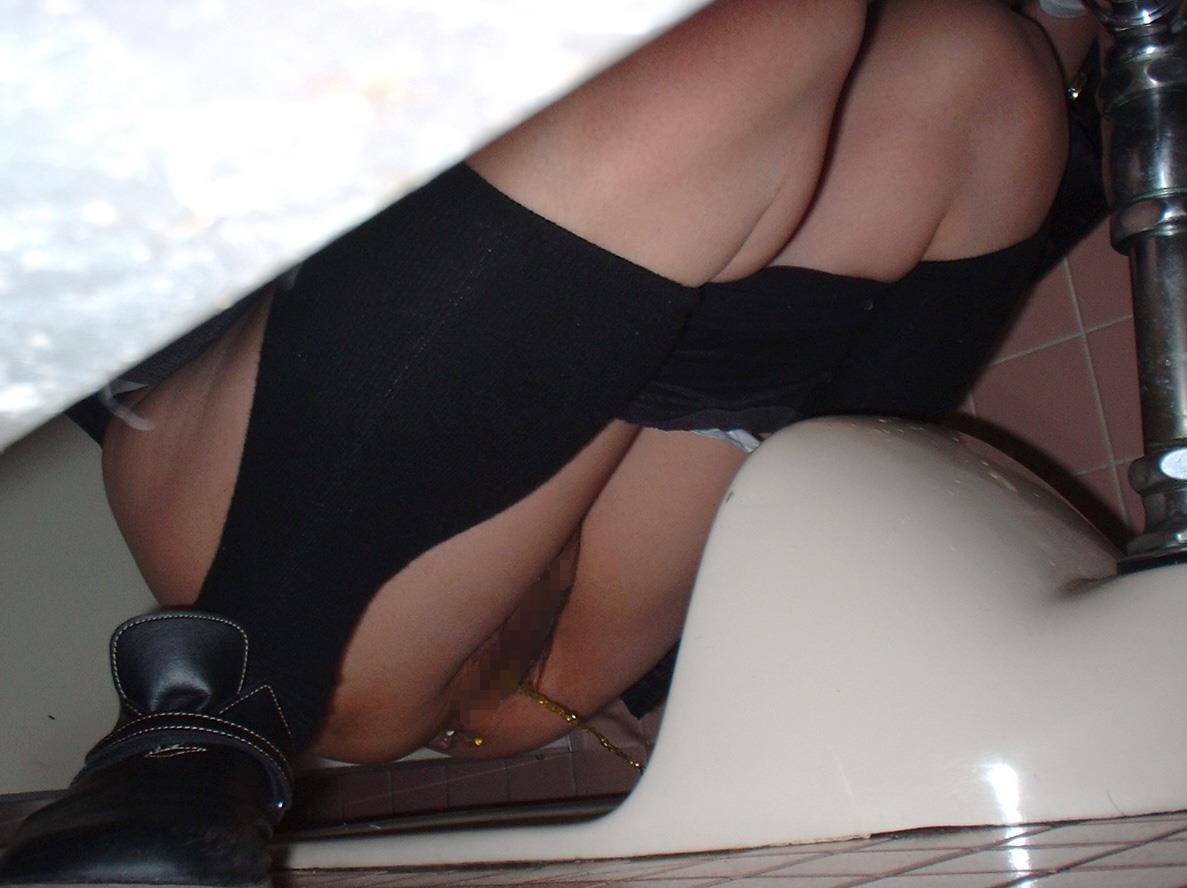 和式便所で用を足してる女、隙間から見事覗かれる。(画像あり)・16枚目