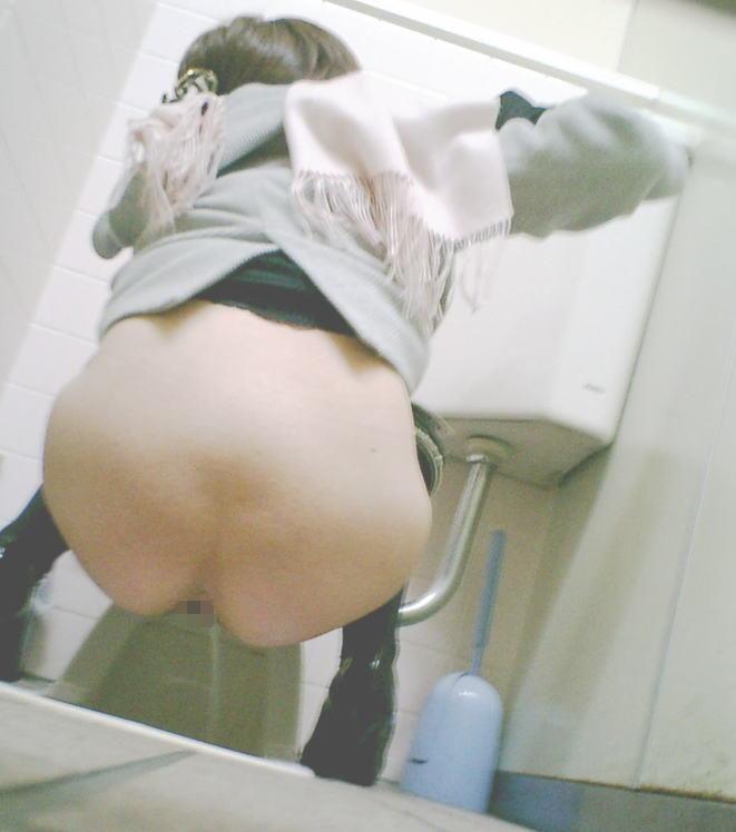 和式便所で用を足してる女、隙間から見事覗かれる。(画像あり)・26枚目