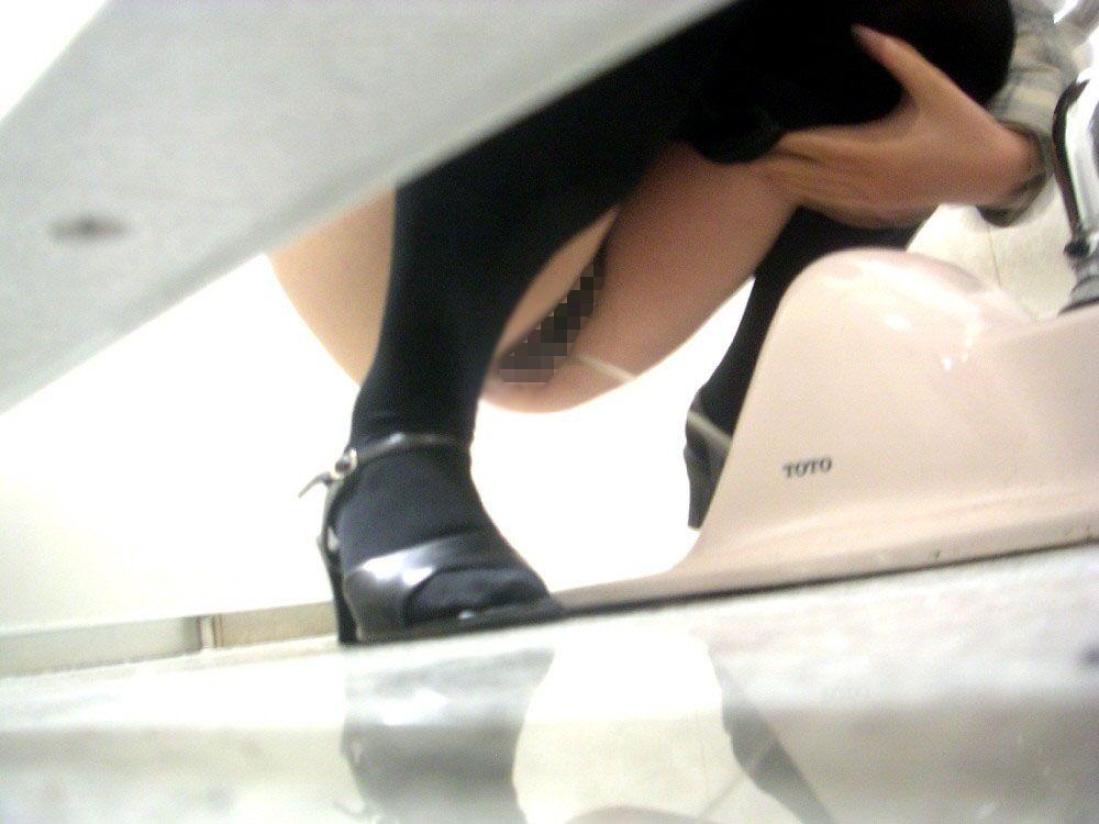 和式便所で用を足してる女、隙間から見事覗かれる。(画像あり)・5枚目