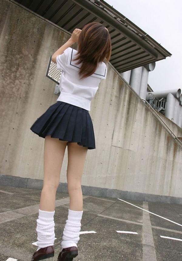 制服JKのムチムチ太ももにムラムラしちゃうエロ画像集(23枚)・15枚目