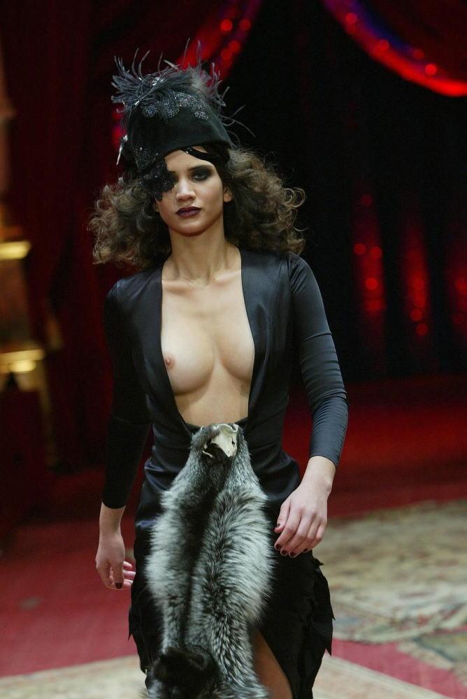 【保尊不可避】ファッションショーのモデルさん乳首ビンビンで登場wwwwwwwwww(画像あり)・2枚目
