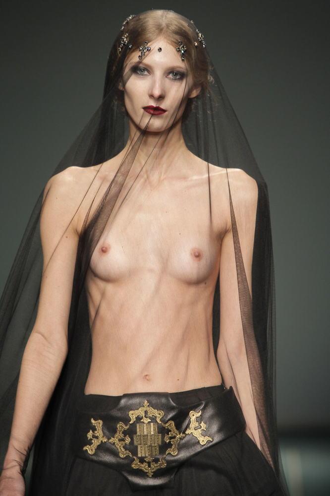 【保尊不可避】ファッションショーのモデルさん乳首ビンビンで登場wwwwwwwwww(画像あり)・20枚目