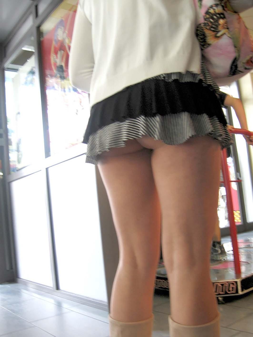街中で隠し撮りされた女さん、Tバックかノーパンかを検証するスレwww(画像あり)・1枚目