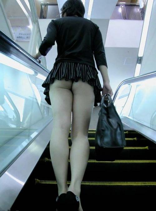 街中で隠し撮りされた女さん、Tバックかノーパンかを検証するスレwww(画像あり)・11枚目