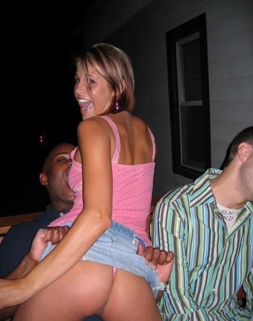 【悪戯】おふざけ男子の餌食になった女性の反応をご覧くださいwwwwwwwwww(26枚)・12枚目