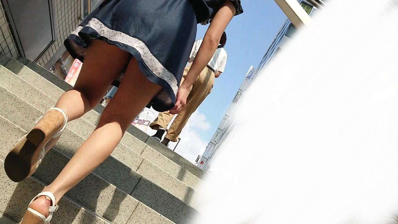 街中で隠し撮りされた女さん、Tバックかノーパンかを検証するスレwww(画像あり)・7枚目