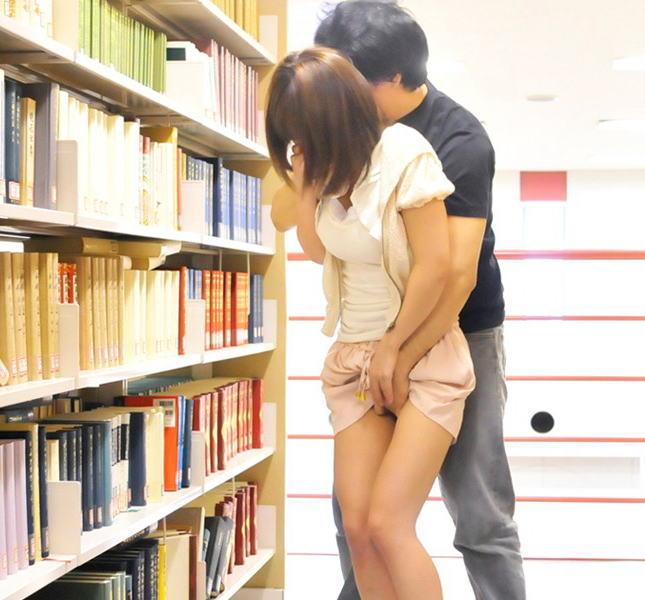 【痴漢】図書館にいる大人しそうな女の子が標的にされた結果・・・・2枚目