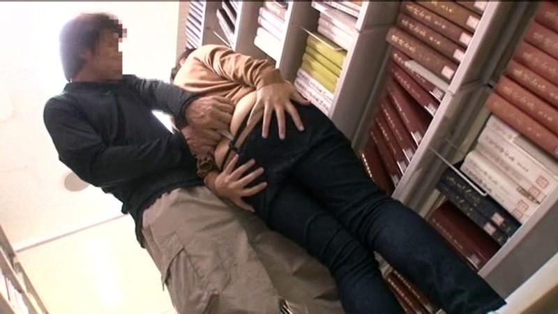 【痴漢】図書館にいる大人しそうな女の子が標的にされた結果・・・・20枚目