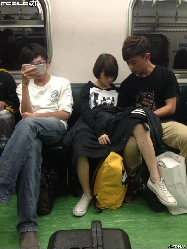 電車の中でSEX寸前の化け物カップルが激写される。(画像あり)・21枚目