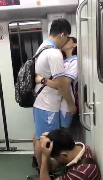 電車の中でSEX寸前の化け物カップルが激写される。(画像あり)・5枚目