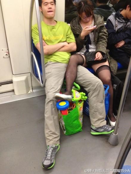 電車の中でSEX寸前の化け物カップルが激写される。(画像あり)・8枚目