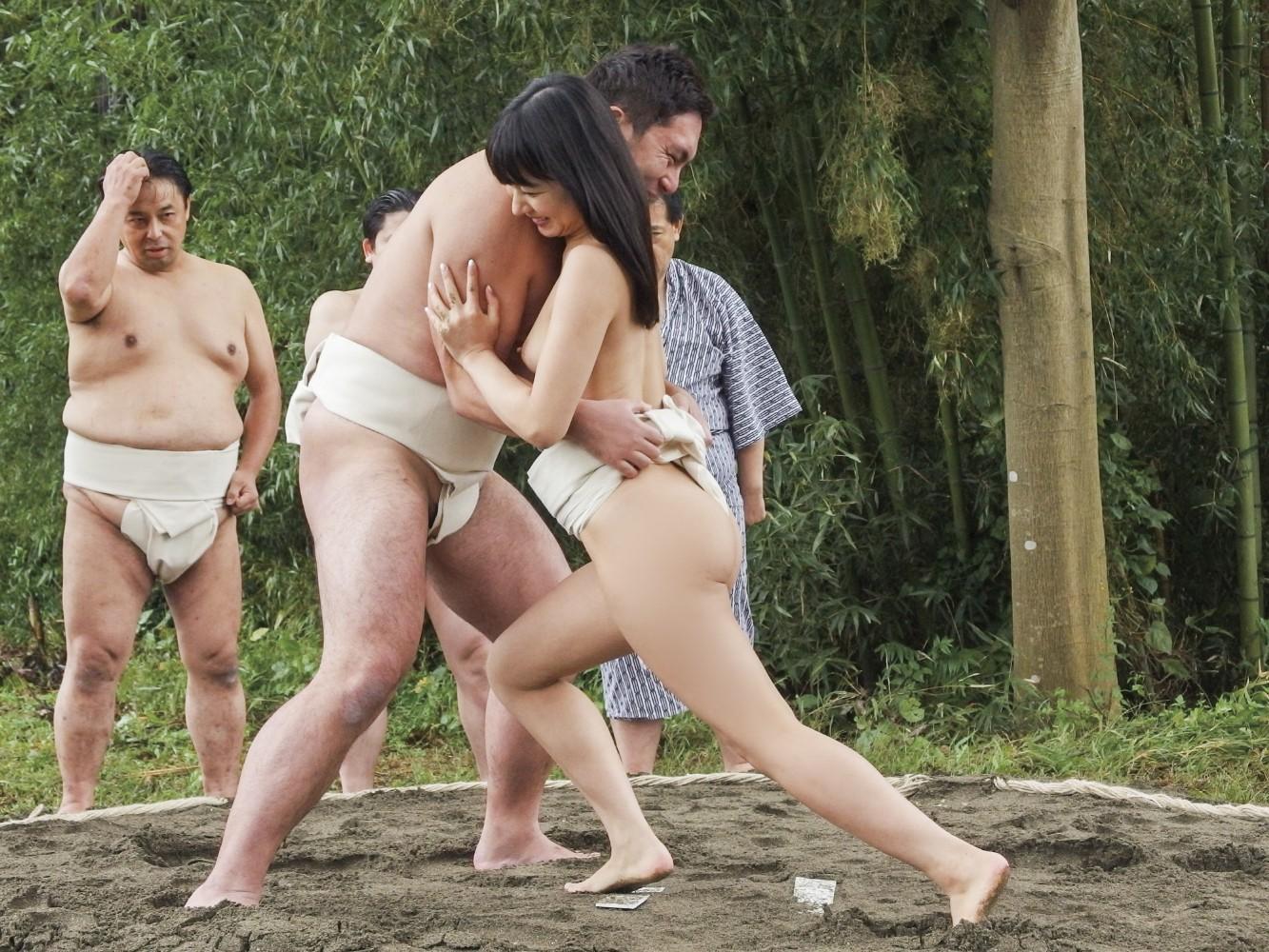 【超マニアック】女にふんどし一丁でガチンコ相撲やらせた結果wwwwwwwwwww・12枚目