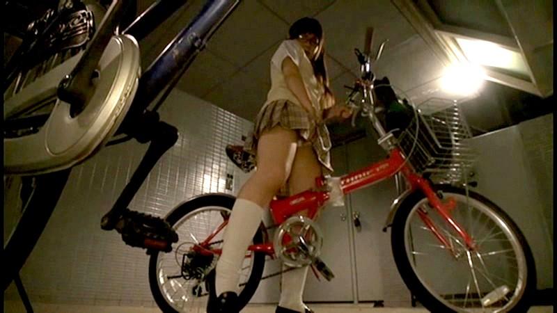 【オナヌー中】自転車に跨りクネクネさせてる女・・明らかに確信犯wwwwwwww・15枚目