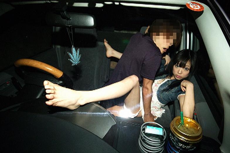 狭い車内で結構激しいセックスしてるカップルが撮影される。(画像あり)・17枚目