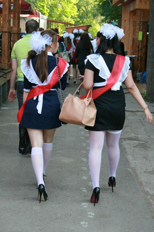 卒業式でメイド姿になるロシアの女学生がくっそエ口すぎるんだがwwwww(勃起確定)・18枚目