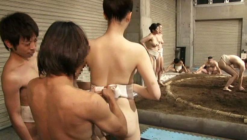 【超マニアック】女にふんどし一丁でガチンコ相撲やらせた結果wwwwwwwwwww・20枚目