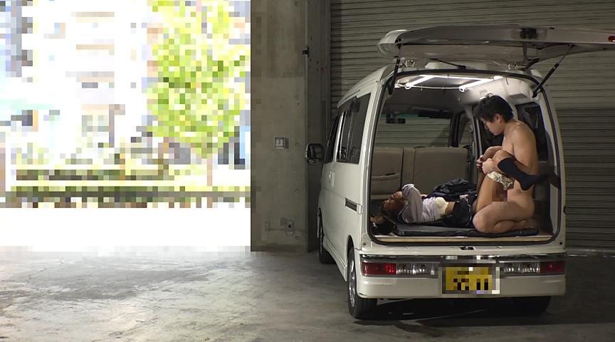 狭い車内で結構激しいセックスしてるカップルが撮影される。(画像あり)・23枚目