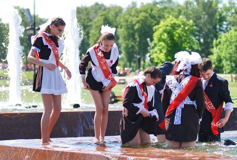 卒業式でメイド姿になるロシアの女学生がくっそエ口すぎるんだがwwwww(勃起確定)・4枚目