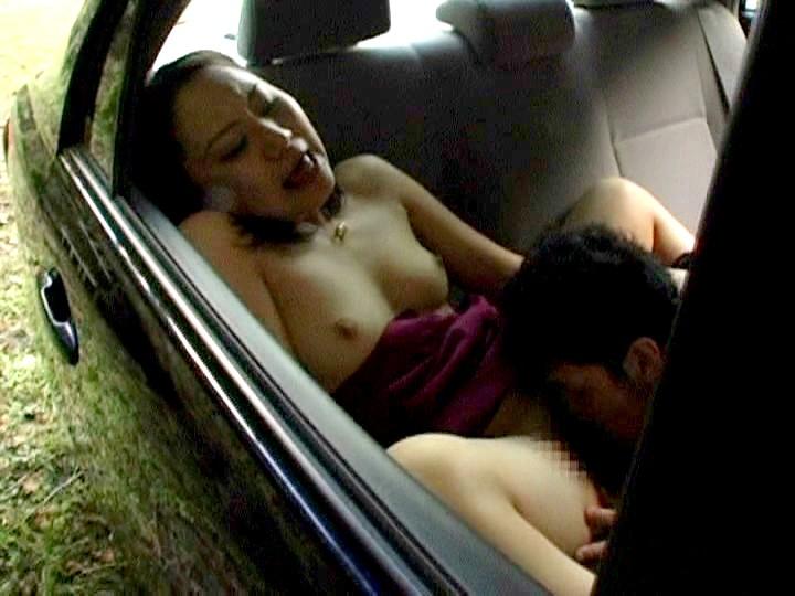狭い車内で結構激しいセックスしてるカップルが撮影される。(画像あり)・6枚目