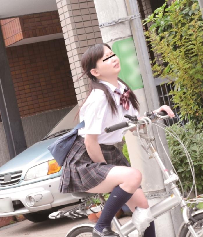 【オナヌー中】自転車に跨りクネクネさせてる女・・明らかに確信犯wwwwwwww・6枚目