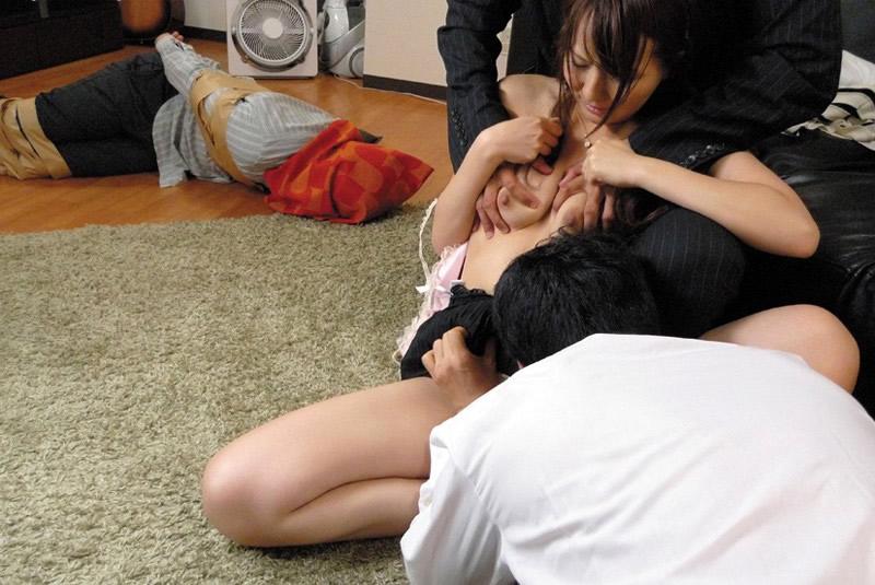 夫の前で堂々と不倫妻を寝取るメシウマ画像集(28枚)・7枚目