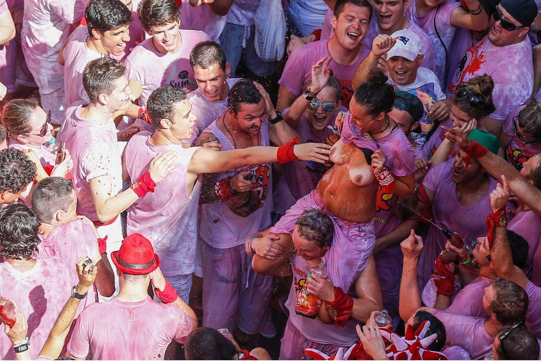 おっぱい揉み・舐め放題のスペインの神祭りwwwwwwww(画像38枚)・10枚目