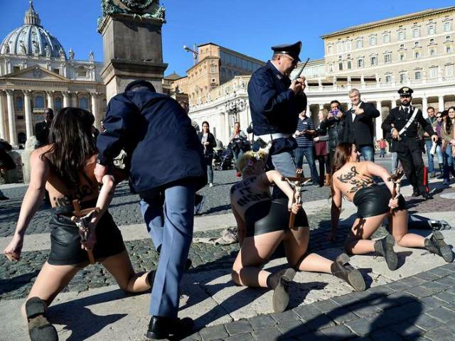 警察に現行犯逮捕されている全裸の女性がとてもシュール。(※画像あり)・12枚目