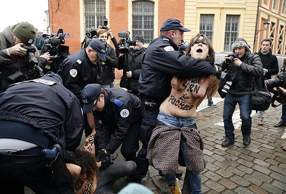 警察に現行犯逮捕されている全裸の女性がとてもシュール。(※画像あり)・15枚目