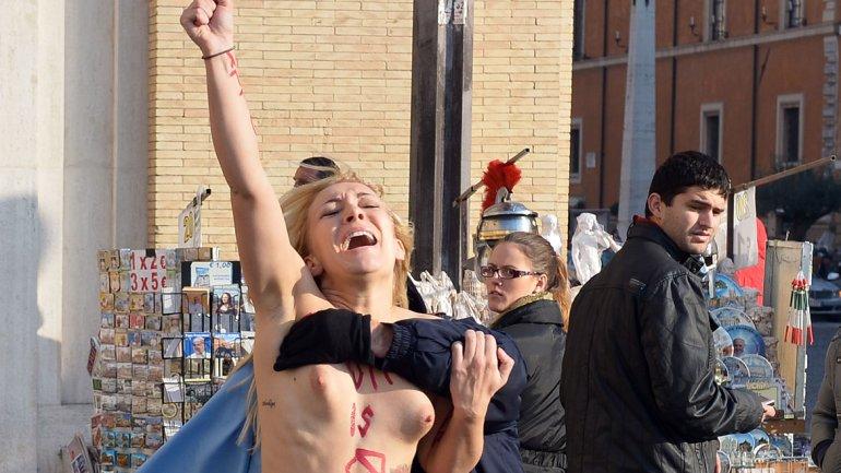 警察に現行犯逮捕されている全裸の女性がとてもシュール。(※画像あり)・16枚目