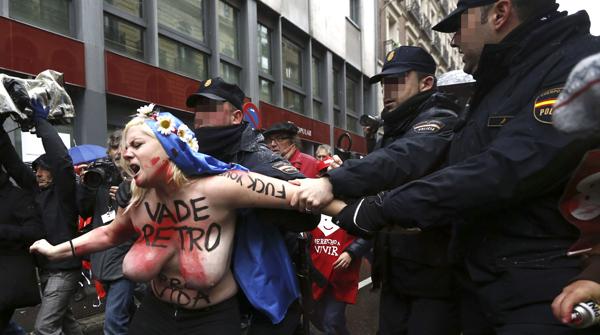 警察に現行犯逮捕されている全裸の女性がとてもシュール。(※画像あり)・22枚目