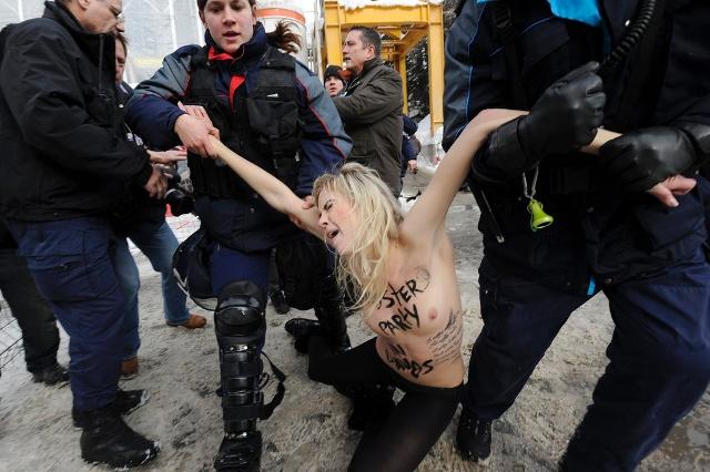 警察に現行犯逮捕されている全裸の女性がとてもシュール。(※画像あり)・23枚目