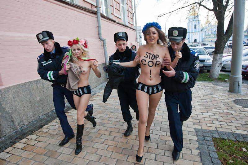 警察に現行犯逮捕されている全裸の女性がとてもシュール。(※画像あり)・24枚目