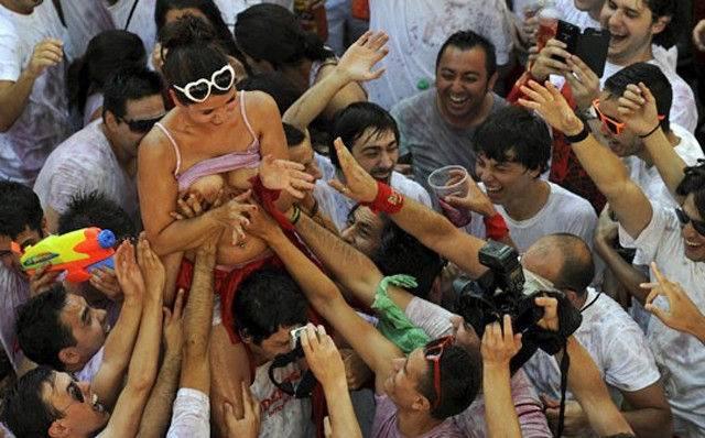 おっぱい揉み・舐め放題のスペインの神祭りwwwwwwww(画像38枚)・26枚目