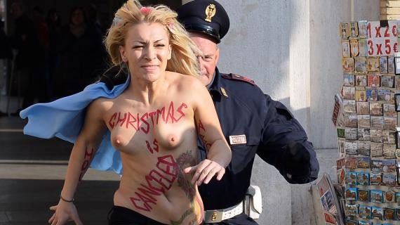 警察に現行犯逮捕されている全裸の女性がとてもシュール。(※画像あり)・26枚目