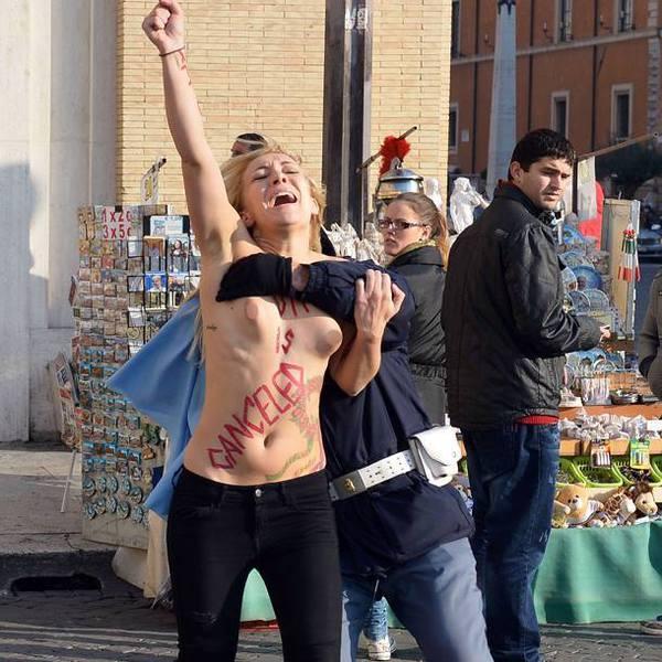 警察に現行犯逮捕されている全裸の女性がとてもシュール。(※画像あり)・3枚目