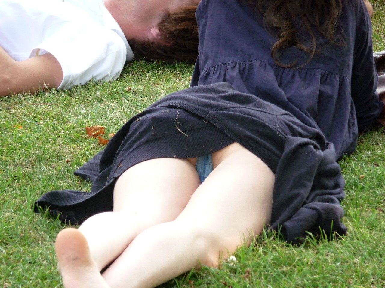 お花見に行ってくつろいでるまんさんの撮影に成功wwwwwww(画像あり)・3枚目
