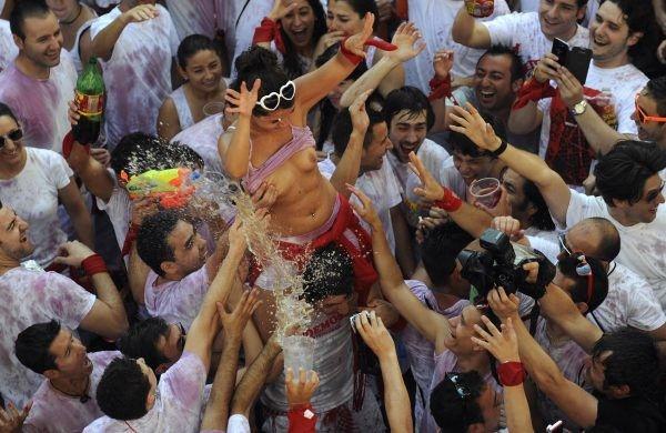 おっぱい揉み・舐め放題のスペインの神祭りwwwwwwww(画像38枚)・33枚目