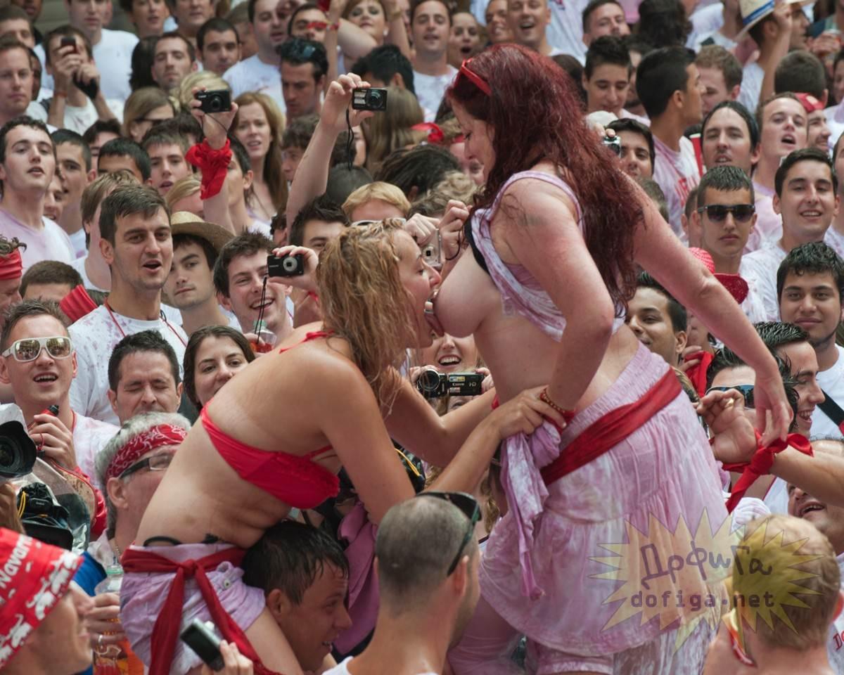 おっぱい揉み・舐め放題のスペインの神祭りwwwwwwww(画像38枚)・38枚目