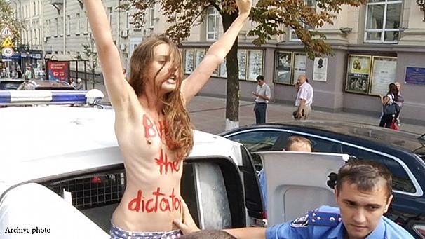 警察に現行犯逮捕されている全裸の女性がとてもシュール。(※画像あり)・4枚目