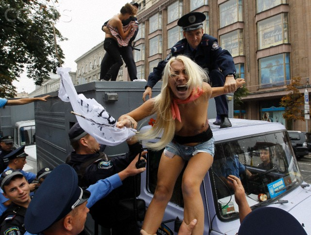 警察に現行犯逮捕されている全裸の女性がとてもシュール。(※画像あり)・5枚目