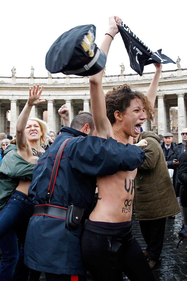 警察に現行犯逮捕されている全裸の女性がとてもシュール。(※画像あり)・6枚目