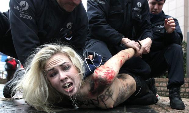 警察に現行犯逮捕されている全裸の女性がとてもシュール。(※画像あり)・9枚目