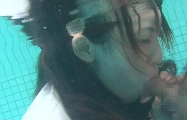 プールの水中でフェラしてる痛い女たちをご覧ください。(画像あり)・10枚目