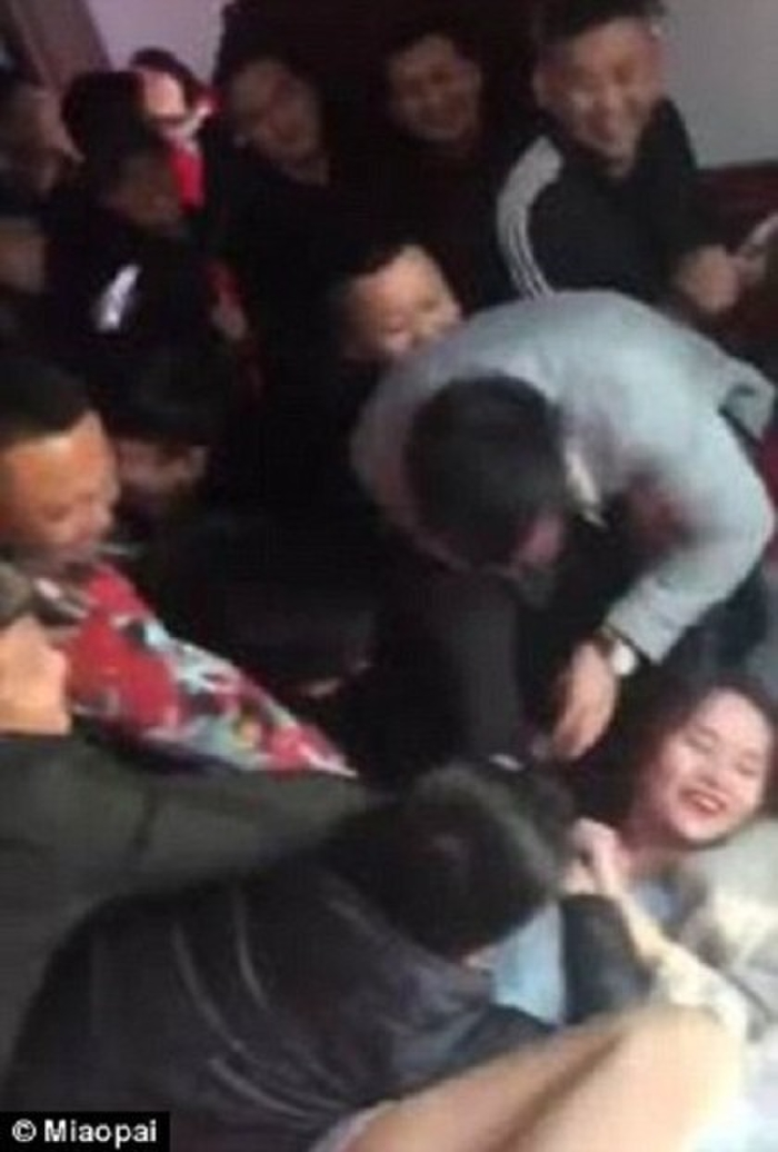【GIFあり】結婚式で性接待させられる中国の花嫁たち・・・(画像30枚)・11枚目