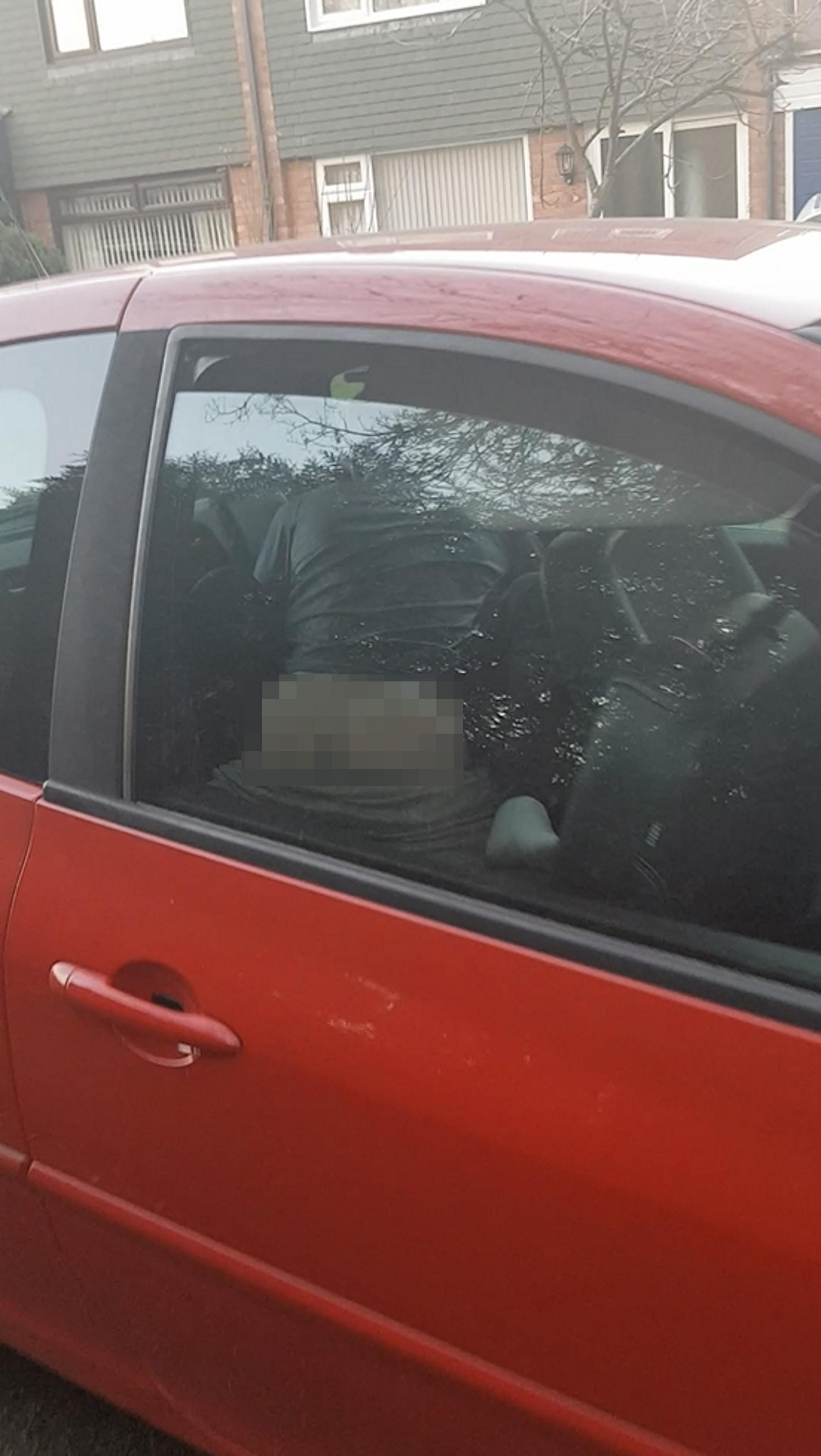 海外のカーセックス、こっそり撮影するもサービス精神満載でワロタwww(画像あり)・13枚目