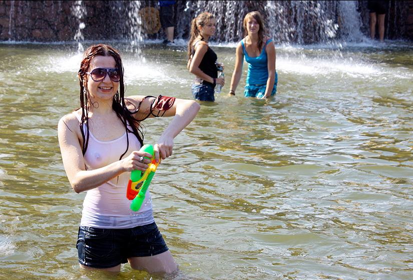 ロシアの水掛けのお祭り、確実におっぱい出てるよな?wwwwwwwww(画像あり)・13枚目